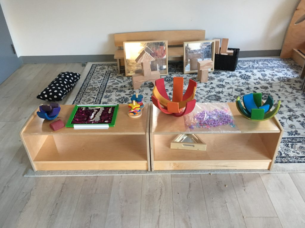 low tables with loose parts materials are used for a provocation.